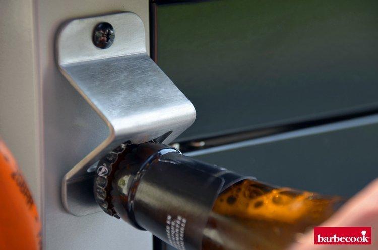 Otwieracz do napojów w grillu gazowych Siesta 310.